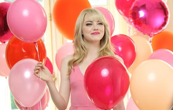 Картинка радость, улыбка, макияж, платье, актриса, розовое, прическа, блондинка, разноцветные, воздушные шарики, Emma Stone, Эмма Стоун