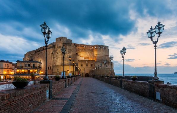 Картинка море, мост, город, огни, замок, вечер, фонари, Италия, крепость, Italy, Italia, Napoli, Неаполь, Средиземное, Тирренское, …