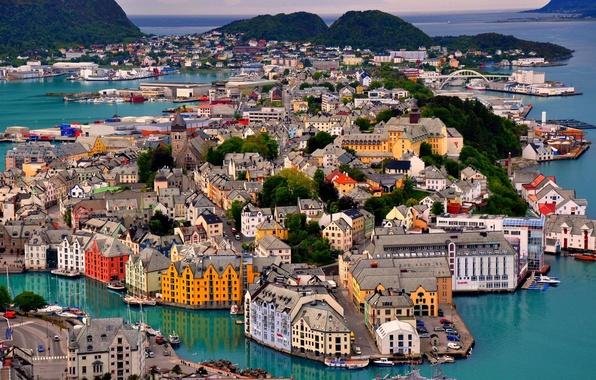 Картинка море, небо, деревья, пейзаж, горы, мост, лодка, корабль, остров, дома, яхта, порт, норвегия, Norway, Alesund