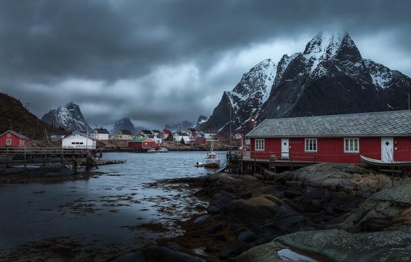 Картинка облака, снег, горы, дома, буря, лодки, деревня, Норвегия, линии электропередачи, дождливая, Reine, фонарные столбы, Nordland