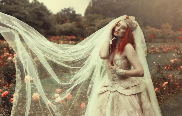 Картинка девушка, цветы, стиль, парк, настроение, модель, розы, корона, платье, рыжая, невеста, рыжеволосая, фата, свадебное платье, …