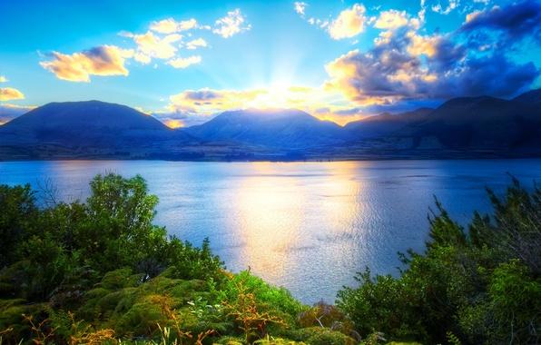 Картинка зелень, небо, трава, вода, солнце, облака, горы, природа, озеро, растения, красиво