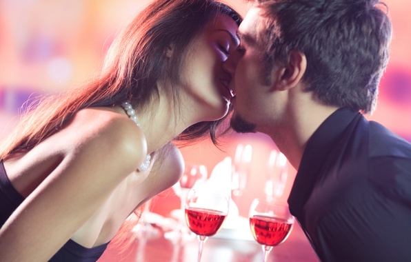 Картинка девушка, вино, поцелуй, бокалы, пара, парень