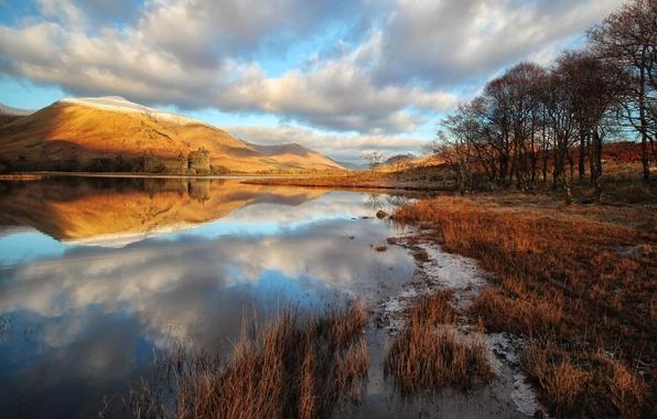 Картинка осень, трава, облака, деревья, озеро, отражение, замок, берег, Шотландия