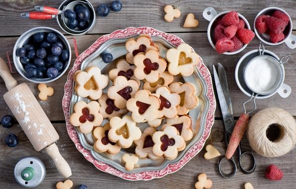 Картинка ягоды, малина, печенье, натюрморт, нитки, ножницы, голубика