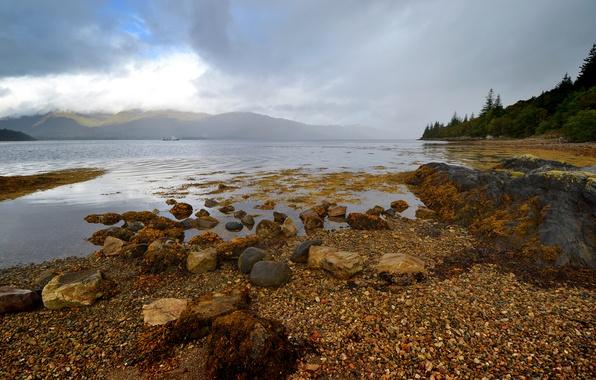 Картинка лес, небо, облака, деревья, горы, озеро, камни, корабль, Шотландия, Лох-Линне