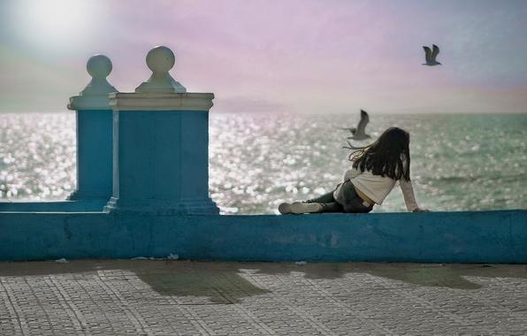 Картинка птицы, океан, чайки, девочка, Испания, набережная, Spain, Андалусия, Andalusia, Кадисский залив, Gulf of Cadiz, Matalascanas, …