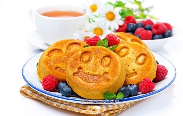 Картинка ромашки, букет, завтрак, чашка, cup, daisies, кексы, breakfast, bouquet, tea, blueberries, чая, raspberries, черники, cupcakes, ...