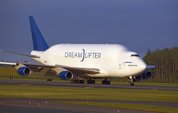 Картинка небо, деревья, крылья, Полоса, аэропорт, Boeing, Двигатели, самолёт, посадка, sky, trees, aircraft, Боинг, взлёт, шасси, …