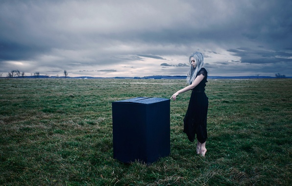 Картинка поле, девушка, коробка, босая, Aleah Michele