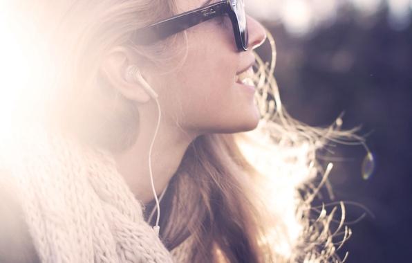 Картинка девушка, солнце, лучи, свет, улыбка, музыка, настроение, наушники, шарф