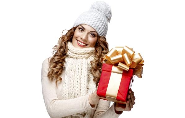 Картинка девушка, улыбка, настроение, праздник, подарок, шапка, новый год, шарф, белый фон, шатенка, красивая, в белом, …