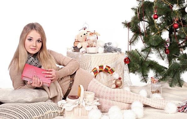 Картинка взгляд, девушка, шарики, украшения, лицо, улыбка, праздник, милая, модель, игрушки, елка, новый год, красавица, лежит, …