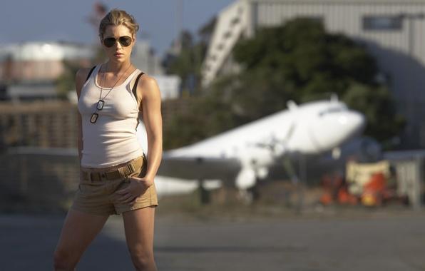 Картинка девушка, самолет, фантастика, шорты, размытие, майка, фигура, очки, пилот, боевик, аэродром, Стелс, Jessica Biel, жетоны, …