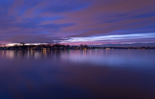 Картинка небо, облака, деревья, закат, огни, река, берег, вечер, USA, США, сумерки, river, фиолетовое, округ, Baltimore, …