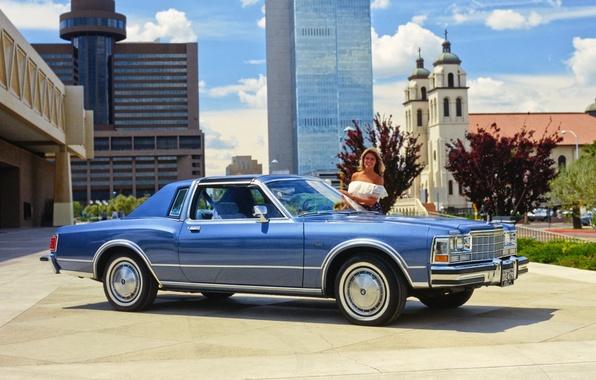 Картинка девушка, город, фон, Dodge, Coupe, передок, 1979, Diplomat, Medallion