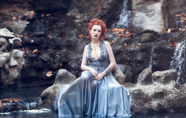 Картинка грудь, листья, вода, отражение, скалы, женщина, волосы, платье, губы, каскад, ожерелья, прямой взгляд