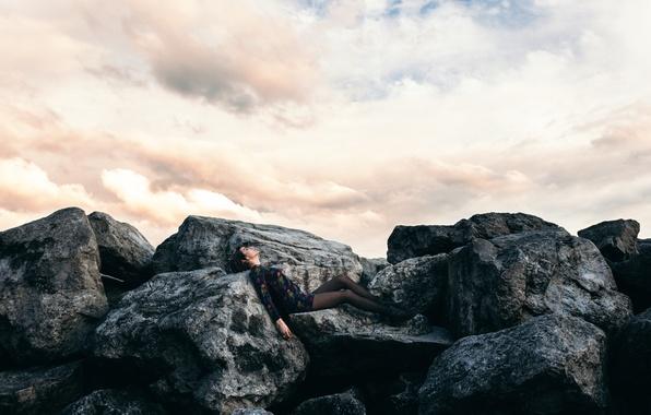 Картинка девушка, камни, ножки