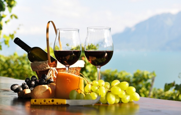 Картинка стол, вино, красное, корзина, бутылка, сыр, бокалы, хлеб, виноград, виноградники