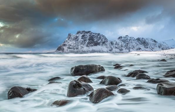 Картинка море, горы, камни, побережье, Норвегия, Norway, Лофотен, Норвежское море, Lofoten, Norwegian Sea, Вествогёй, Utakleiv beach, …