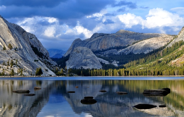 Картинка лес, небо, вода, облака, деревья, тучи, озеро, гладь, отражение, камни, голубое, Горы