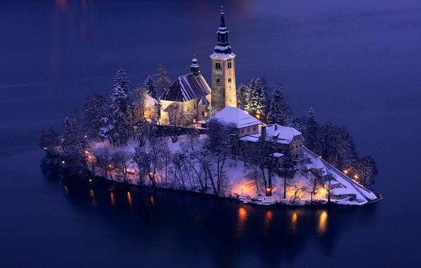 Картинка зима, снег, деревья, огни, озеро, остров, башня, дома, вечер