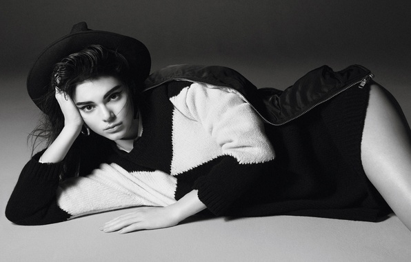 Картинка взгляд, поза, фото, модель, шляпа, брюнетка, куртка, лежит, черно-белое, на полу, фотосессия, свитер, Vogue, Kendall …