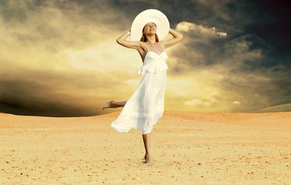 Картинка песок, девушка, радость, тучи, босиком, платье, блондинка, шляпка