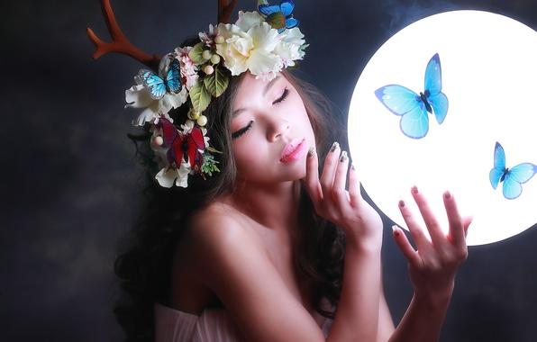 Картинка девушка, свет, бабочки, цветы, лицо, фон, волосы, круг, макияж, рога, венок