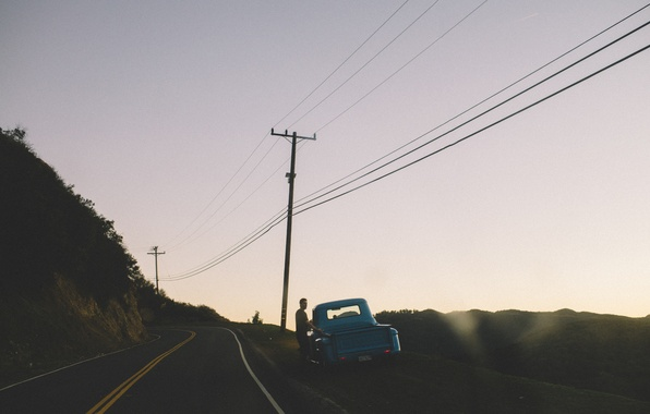 Картинка дорога, небо, Chevrolet, мужчина, сумерки, линия электропередач, Pick Up