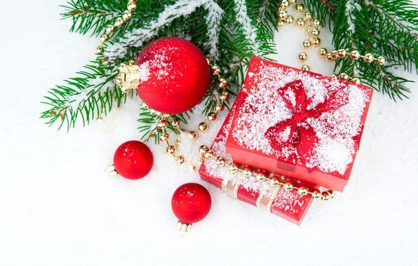 Картинка зима, шарики, снег, ветки, дерево, подарок, шары, игрушки, елка, ель, Новый Год, Рождество, красные, бусы, …