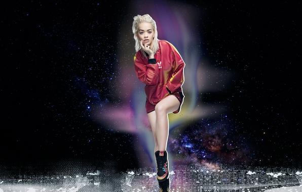 Картинка поза, фон, модель, одежда, макияж, куртка, прическа, блондинка, певица, кроссовки, фотосессия, Adidas, бренд, Rita Ora, …