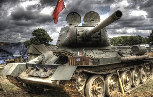 Картинка небо, тучи, танк, ствол, знамя, снаряд, советский, средний, День Победы, радиоприёмник, Т-34-85, палатки