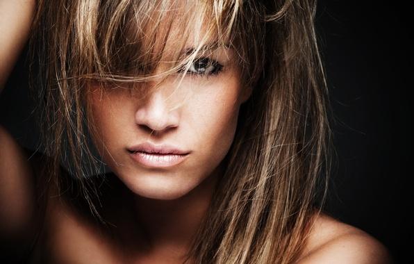 Картинка глаза, взгляд, девушка, лицо, модель, волосы, руки, губы, черный фон, плечи