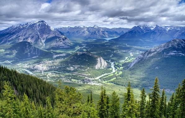 Картинка лес, небо, облака, деревья, горы, озеро, река, дома, долина, дымка, Banff National Park, Canada
