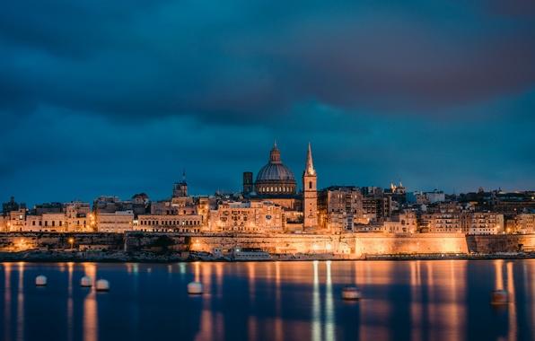 Картинка море, небо, тучи, огни, побережье, вечер, освещение, архитектура, столица, Malta, Мальта, Valletta, Валетта