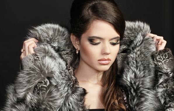 Картинка девушка, ресницы, модель, волосы, серьги, руки, макияж, кольцо, шуба, мех, закрытые глаза