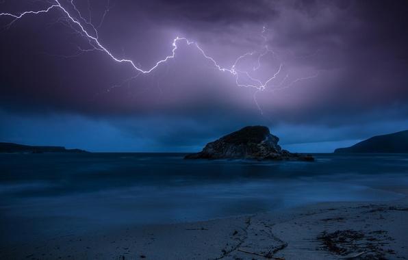 Картинка море, гроза, пляж, ночь, природа, скала, молния, сумерки