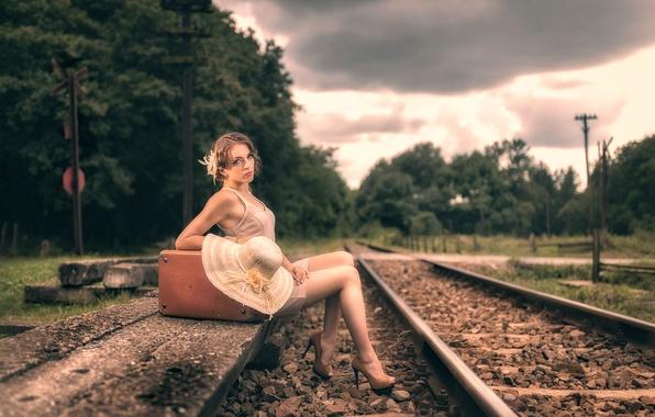 Картинка девушка, шляпа, перрон, чемодан, Beatrice