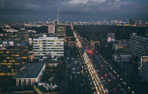 Картинка транспорт, проспект, Германия, сумерки, автомобили, Берлин, центр города, дождливая, Fernsehturm