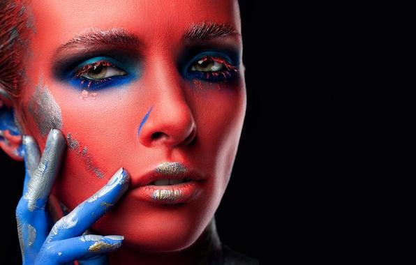 Картинка взгляд, девушка, лицо, стиль, фон, краски, черный, модель, рука, губы