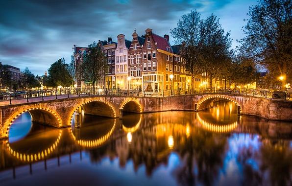 Картинка небо, вода, деревья, тучи, мост, город, огни, отражение, река, дома, вечер, освещение, Амстердам, фонари, канал, …