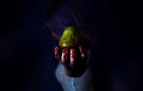 Картинка девушка, кровь, рука, груша, пальцы