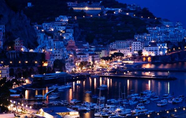 Картинка море, горы, ночь, огни, скалы, побережье, дома, яхты, лодки, фонари, Италия, причалы, Sorrento, Positano