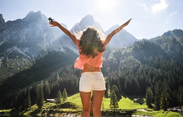 Картинка лес, небо, свобода, облака, лучи, свет, деревья, радость, горы, озеро, вид, высота, Девушка, Австрия, панорама, …