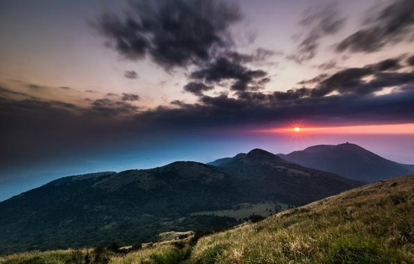 Картинка небо, трава, солнце, облака, деревья, закат, горы, тучи, холмы, вечер, Китай, Тайвань, малиновый, Национальный Парк