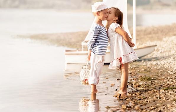 Картинка море, пляж, дети, поцелуй, мальчик, платье, дружба, девочка, girl, beach, dress, sea, kiss, boy, моряки, …