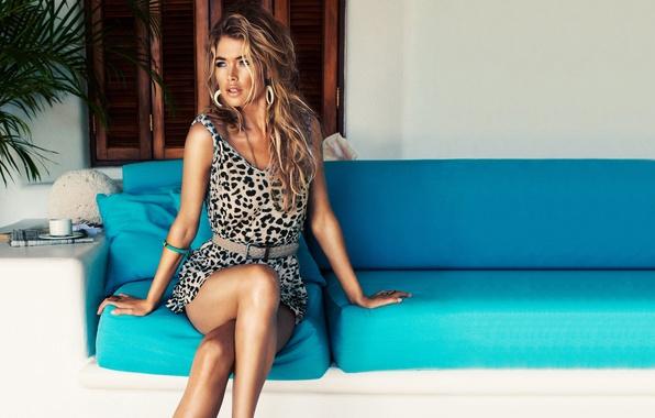 Картинка взгляд, девушка, диван, голубой, модель, Doutzen Kroes, платье, блондинка, Даутцен Крёз, Victoria's Secret Angel
