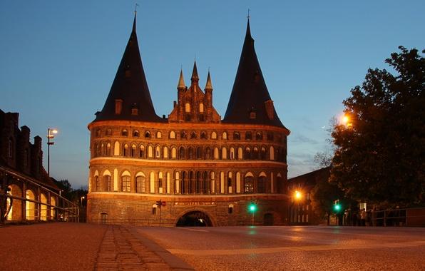 Картинка ночь, огни, ворота, Германия, фонари, памятник, архитектура, Holstentor, Luebeck, городские