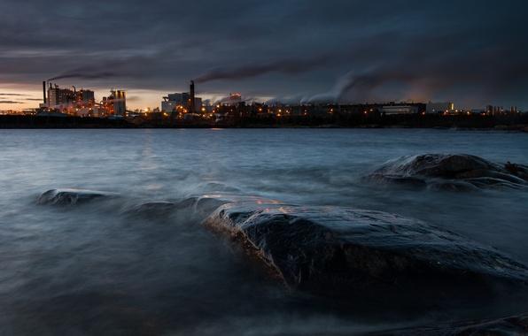 Картинка огни, озеро, дым, Швеция, Венерн, химическая фабрика, городок Скугхалль, David Olsson Photography, тёмный вечер